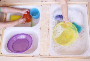 πλένουμε πιάτα
