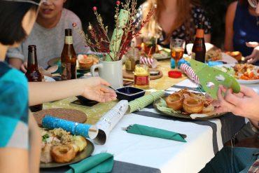 τραπέζι με φίλους